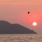 パラグライダーを楽しむ客。 ペナンの海岸で(2016年)